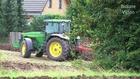 Traktor: John Deere - pflügen und eggen - Tractor plowing